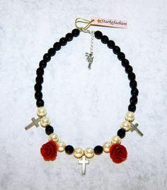 """Collar """"Viaje de Invierno"""". Realizado con perlas, azabache, flores de resina y cruces."""