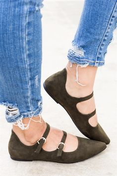 Get the look in these super cute pointed toe double buckle flats. Featuring a closed toe, double buckle, and a cushioned insole. Pair these with a t-shirt dress and leather jacket!