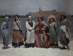 Donne in tenuta da spiaggia in posa sulla sabbia bianca della Florida Stati Uniti, 1929 (©Clifton R. Adams)