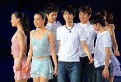 Stars On Ice Japan Tour 2014@フィギュアスケート「スターズ・オン・アイス」で演技する浅田真央(左から2人目)、羽生結弦(中央)ら日本選手たち。2人には男女ショートプログラム最高得点についてのギネス世界記録認定証の授与が予定されている=代々木第1体育館で2014年4月11日、山本晋撮影