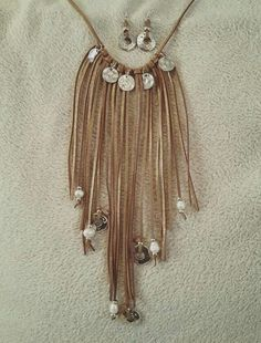 Conjunto de colgante y pendientes de flecos, perlas y loneditas