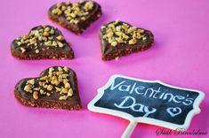 SÜTIK BIRODALMA: Valentin napi desszert: Csokis kekszsüti / Valentine's Day dessert: Chocolate biscuit Cookies, Food, Crack Crackers, Biscuits, Essen, Meals, Cookie Recipes, Yemek, Cookie