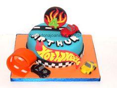 """Bolo Hot Wheels com carrinhos e pista """"loop"""" para festas de aniversário infantil"""