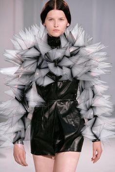 Iris Van Herpen Haute Couture autumn/winter 2011 All the action from Paris Haute Couture Fashion Week autumn/winter 2011 Fashion Art, Weird Fashion, School Fashion, Look Fashion, Fashion Details, Runway Fashion, Fashion Show, Fashion Trends, Paper Fashion