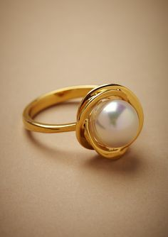 Pretty pearl and gold ring. Pearl Ring Design, Gold Ring Designs, Gold Bangles Design, Gold Jewellery Design, Indian Jewelry Earrings, Jewelry Design Earrings, Gold Earrings Designs, Gold Jewelry Simple, Gold Rings Jewelry