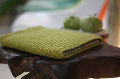 crocheted iPad cover. I like it! Crochet Ipad Cover, Crochet Bags, Knit Crochet, Ipad Covers, Ipad Sleeve, Sleeping Bag, Diy Christmas Gifts, Laptop Bag, Ipad Case