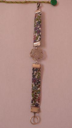 Bracelet liberty avec une plaque de métal en forme de fleur