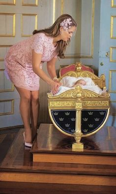 Following her baptism, Princess Leonore was placed in the crib of her ancestor King Karl XV. The family heirloom was made in 1826 and was present at Princess Madeleine's christening in 1982. Photo: © CP Images