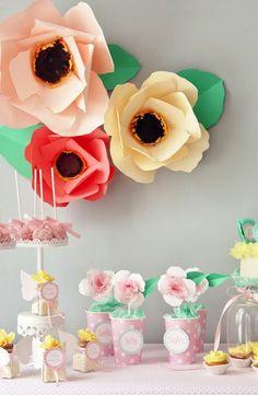 De editorial de moda a casamentos, as flores gigantes de papel tem marcado presença! E esta pode ser uma ótima idéia para festas infantis e chá de bebê, a mesa …