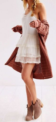 bottines + mini robe blanche à volants + maxi gilet rosé