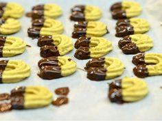 Křehké rohlíčky - | Prostřeno.cz Oreo Cupcakes, Mini Cupcakes, Baking Recipes, Cookie Recipes, Favorite Cookie Recipe, Some Recipe, Christmas Baking, Biscotti, Food Inspiration