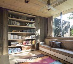 Lesezimmer mit Holzboden und eleganter Couch