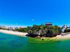 青い海と白砂ビーチが眩しい沖縄諸島。初めての沖縄ならまずは沖縄本島へ!ハートロックが話題の古宇利島。一度は行きたい沖縄美ら海水族館。守礼門が象徴的な首里城や根強い人気の中城城。斎場御嶽をはじめとするパワースポットの数々。ひめゆりの塔など沖縄戦の跡。沖縄観光に詳しい「Travel.jpナビゲーター」が沖縄本島おすすめの観光スポットを徹底ガイド。定番から穴場スポットまで、新しい旅先を提案します!