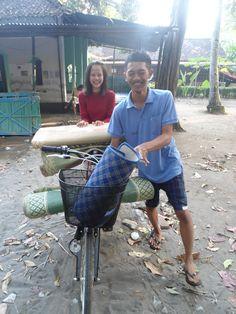 Membawa Tikar menggunakan sepeda