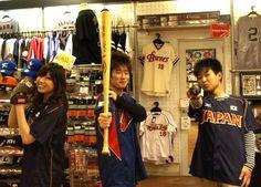 【大阪店】 2013年2月26日  本日19:00~京セラドーム大阪で行われる阪神vs日本代表の試合を    見に行く前に当店にご来店頂いた    まっちー、せきらー、かなよん様の3名です! #wbc