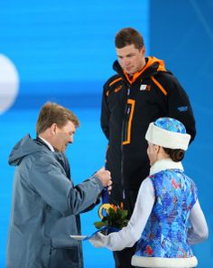 King Willem-Alexander of the Netherlands presents gold medal to gold medalist Sven Kramer of the Netherlands during the medal ceremony for the Men's Speed Skating on day 2 of the Sochi 2014 Winter Olympics at Medals Plaza on February 2014 in Sochi. Sven Kramer, Dutch People, Speed Skates, Dutch Royalty, We Are The World, Queen Maxima, Winter Olympics, Winter Sports, Olympic Games