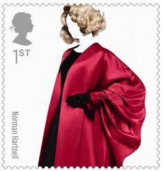 O serviço postal da Inglaterra criou uma série especial de selos para homenagear os ícones da moda do país. O norueguês Sølve Sundsbø  é o responsável pelas fotos dos modelos dos 10 estilistas selecionados para integrar o time como Alexander McQueen, Paul Smith, Vivienne Westwood, Jean Muir, Hardy Amies e Norman Hartnell.    Os selos que celebram o estilo britânico, ficarão disponíveis durante o verão europeu e já estão sendo vendidos por 6 libras, cerca de 19 reais.