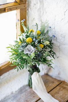 Brautstrauß Wiesenblumen, mit Sukkulenten und Gelbe Trommelstöckchen von Anmut und Sinn, Foto: POUR TOI, Planung: Ja Von Herzen