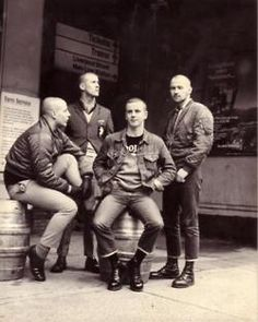 Skinhead Traditional Spirit: Skinhead Boys ( Fotos En blanco y negro) Parte 1 Skinhead Men, Skinhead Boots, Skinhead Fashion, Punk Fashion, Boy Fashion, Skinhead Style, Skinhead Reggae, Fast Fashion, Skin Head