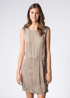 Dieses ärmellose Kleid atmet Eleganz und Understatement. Mit seidig glänzendem Satin aus weicher Viskose und einem raffinierten Drapier-Detail in Hüfthöhe eignet es sich perfekt für schickere Anlässe. Aus 100% Viskose....