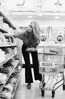 Do you think Jane Fonda still shops for herself at the grocery store, or does she have 'people' who do that for her? Fonda at the Mayfair Market - Beverly Hills - 1967 Jane Seymour, Classic Hollywood, Old Hollywood, Hollywood Icons, Hollywood Fashion, Collateral Beauty, Pin Up, Looks Vintage, Vintage Glam