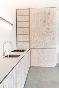 Minimalistische küche in seekiefer: küche von der raum Kitchen Cabinet Design, Kitchen Interior, Kitchen Decor, Room Kitchen, Kitchen Cabinets, Kitchen Island, Kitchen Ideas, Beautiful Kitchen Designs, Modern Kitchen Design