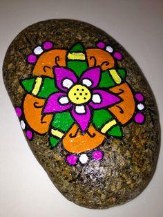 Piedras Pintadas a mano, con motivos de mandalas, flores y con frases espeirituales.