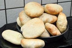 Her i formiddags bagte jeg 60 Pitabrød, det tager virkeligt ikke lang tid og de er rare at have i fryseren til nem aftensmad eller til en god overraskelse i madkassen. Opskriften får i her. Jeg har bagt to forskellige slags en med hvedemel og en med halv sigtet rugmel... Til 12 stk skal du brug....