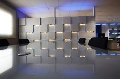 Tabique Separador de Ambientes de Serastone para oficina con relieves de efecto tridimensional e iluminación LED. Decoración Avanzada para empresas. http://www.serastone.com/actualidad/tabique-separador-de-ambientes-serastone/