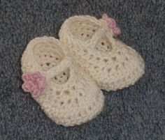 Quick and easy to make, these shoes will make your baby look like a princess. You can plan a complete baby outfit around these cute lovely newborn shoes. With an adorable flower button detail and a cute design, Dainty Mary Janes shoes by Hayley Missingham, are very easy to customize, in several ways. The pattern …