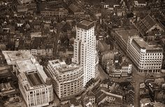 """Antwerpen luchtfoto 1929-1930, Van Hoenacker, het torengebouw of """" Boerentoren"""" en de nieuwe kantoorgebouwen van """"AMI"""" zijn voltooid. Linksonder ook het pasgebouwde hoekgebouw van de """"Grand Bazar"""". Ernaast is nog de verwoesting uit de 1ste wereldoorlog te zien, hier zal later de parkeergarage van GB komen."""