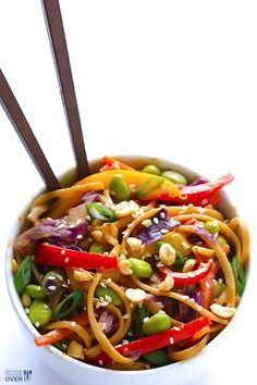 This rainbow peanut noodles recipe is made with whole-wheat pasta, tons of fresh veggies, and a peanut sauce that will knock your socks off! Sub aminos for soy sauce Clean Eating, Healthy Eating, Vegetarian Recipes, Healthy Recipes, Vegan Vegetarian, Vegan Meals, Rainbow Pasta, Peanut Noodles, Rice Noodles