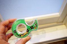 ほこりがたまりやすいお風呂の扉はメンディングテープでブロック。掃除がめちゃくちゃ捗ります。