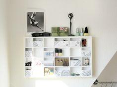 Schmuckschatulle an der Wand aus Setzkasten mit Schubladen aus Verpackungskarton