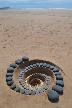 Pembrokeshire based Land artist Jon Foreman creates works in mostly natural material. His work is nearly always short lived as the elements, sea, wind, and sometimes sun make them disappear. Rock Sculpture, Sand Sculptures, Land Art, Art Plage, Outdoor Art, Environmental Art, Beach Art, Pebble Art, Stone Art
