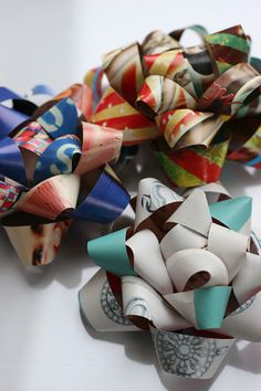 Genius!  Bows made from magazine pages... not only a great way to recycle but save a few pennies at the same time!!