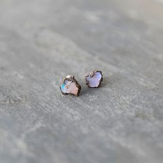 Ethically-mined in Australia, colorful raw opals make up these simple earrings from Hawkhouse, each one framed in copper. Born in Lincoln,… #joias #engagementrings #jewelry #chocker #opal
