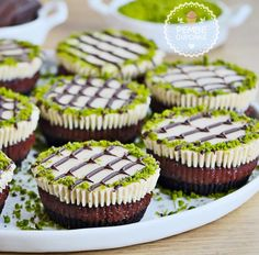 ebru sanatı 13 - My site Best Chocolate Cake, Delicious Chocolate, Cupcakes, Köstliche Desserts, Dessert Recipes, Cookies And Cream Frosting, Turkish Sweets, Oreo Flavors, Mini Tart