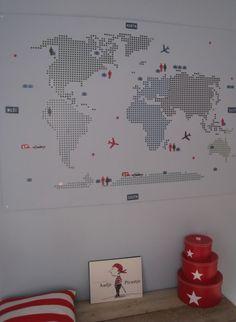 Sticker van de wereld op een MDF geplakt. Leuk idee voor een jongenskamer.