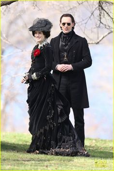 Jessica Chastain & Tom Hiddleston Keep It Dark on 'Crimson Peak'!: Photo Jessica Chastain dons a black dress while filming scenes with her co-star Tom Hiddleston on the set of their upcoming film Crimson Peak on Tuesday (May at Dundurn… Jessica Chastain, Tom Hiddleston, Mia Wasikowska, Period Costumes, Movie Costumes, Gothic Fashion, Victorian Fashion, Victorian Photos, Dark Fashion