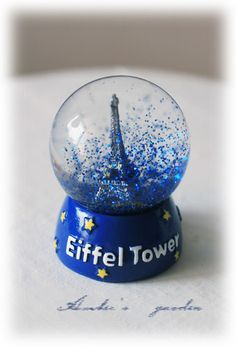 I looked all over Paris for a water globe and no such LUCK!!