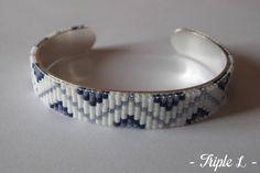 ~ DESCRIPTIF ~ Ce bracelet manchette LUCIE est composé dun tissage fait main avec des perles de verre Miyuki et dune manchette en laiton argenté. Couleurs des perles : blanc - bleu - gris. Dimensions : 1 cm de large. Voir dans la boutique pour le deuxième bracelet manchette LAURIE.  ~ MATERIEL UTILISE ~ - Perles de verre japonaises Miyuki - Manchette en laiton argenté - origine : Italie  ~ ENVOI ~ Les bijoux sont envoyés en courrier suivi dans une enveloppe en papier bulle et soigneusement…