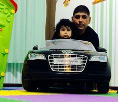 Enseñando a Gastón cómo manejar su Audi