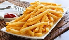 French FriesWhether you call them chips, fries or pommes frites, there's no disputing where these came from; French fries were first eaten - with mayonnaise - in Belgium. Crispy French Fries, French Fries Recipe, Homemade French Fries, Batata Do Mcdonald's, Kfc, Mie Goreng, Making French Fries, Food Porn, Fried Potatoes