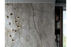 Felbermair zeigt eine beeindruckende Hängeleuchte in gold und weiß vor einer Wandverkleidung aus Marmor von Mirage. Felbermair Keramikwelt © Mirage | www.felbermair.at Artwork, Gold, Painting, Wall Panelling, Marble, Projects, Homes, Work Of Art, Auguste Rodin Artwork