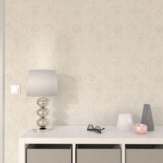 Motifs floraux délicats et subtils pour une décoration tout en douceur...  La texture de ce papier peint est constituée de fil à fil de haute qualité contrecollé sur un support non- tissé. Les différents motifs sont imprimés en sérigraphie à l'aide d'une machine conçue initialement pour le tissu d'ameublement.  Ce procédé utilise des encres à l'eau combinées à une matière acrylique teintée qui donnent un relief et une structure bien spécifique au revêtement.  Votre décoration se pare de ses…