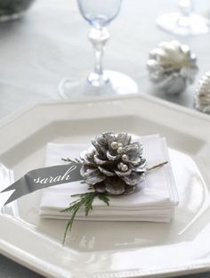 ⌺ Splendid Table Settings ⌺ pinecone holiday christmas tablescape #MerryChristmas #Tablescapes @TheDailyBasics ♥♥♥