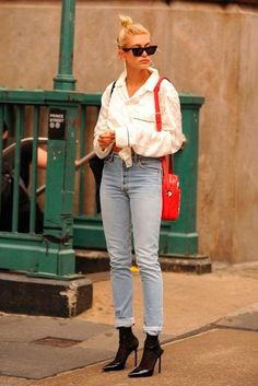 Hailey Baldwin apostou na mom jeans com camisa amarrada.