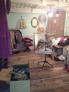 家具や商品の配置を決めているの。 あーでもない、こーでもない…