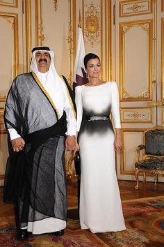 Qatar's former Emir Sheikh Hamad Bin Khalifa Al Thani with second wife, HH Sheikha Mozah bint Nasser Al Missned Abaya Fashion, Modest Fashion, Fashion Outfits, Womens Fashion, Fashion Fashion, Mode Abaya, Royal Fashion, Formal Wear, Dress Formal